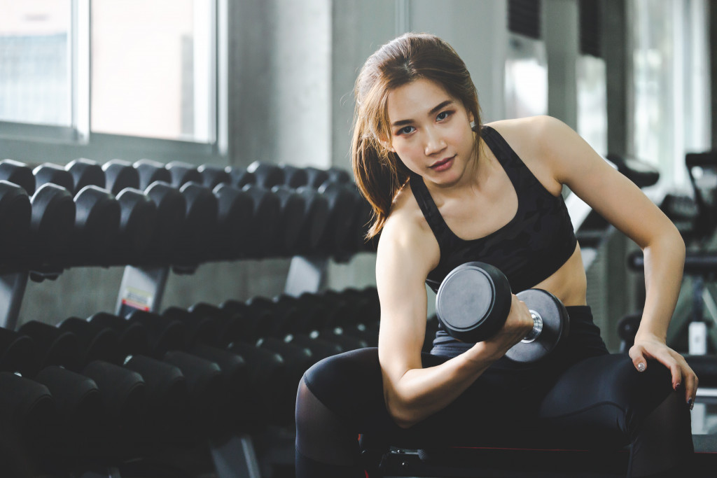 woman doing concentration curls